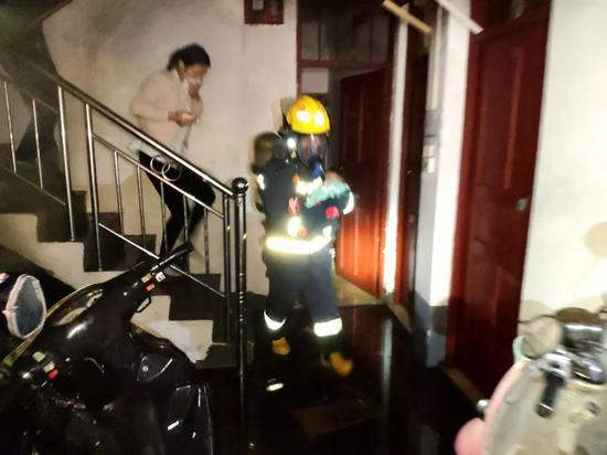 先报110还是119?南宁一民房起火 楼上5人被困